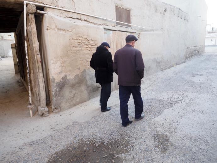 ブハラ旧市街を歩く男性
