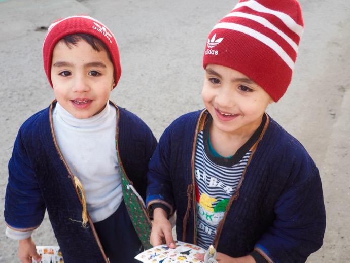 赤いニット帽が可愛いブハラの少年
