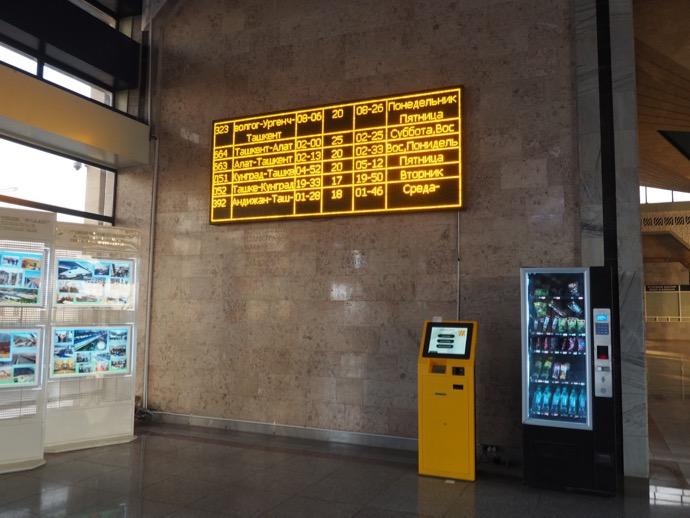 サマルカンド鉄道駅の電子時刻表