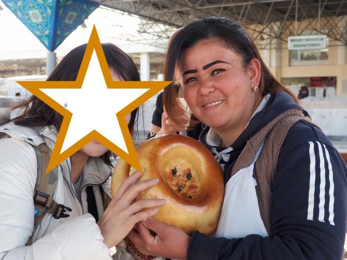 サマルカンドナンを持った女性と記念撮影