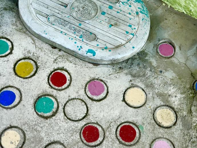 水玉アートのマンホール