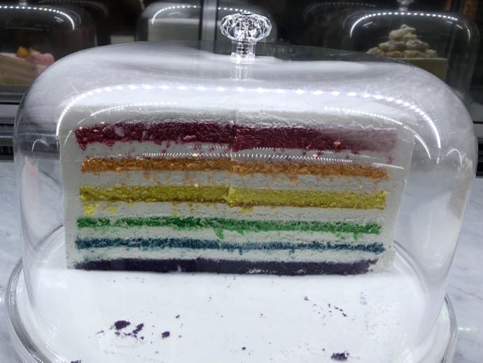 ショーケースの中のレインボーケーキ