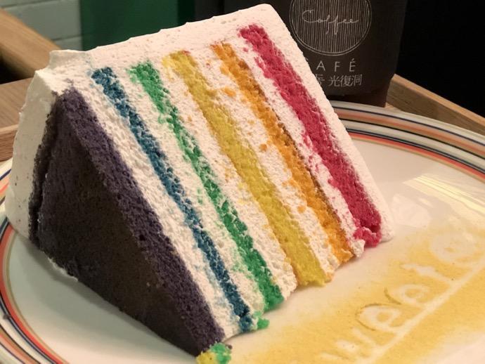 お皿の上のレインボーケーキ