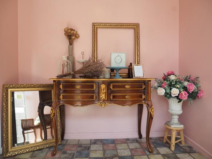 ピンクの壁の室内