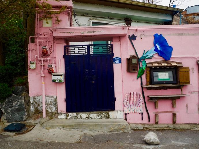 梨花壁画村のピンク壁
