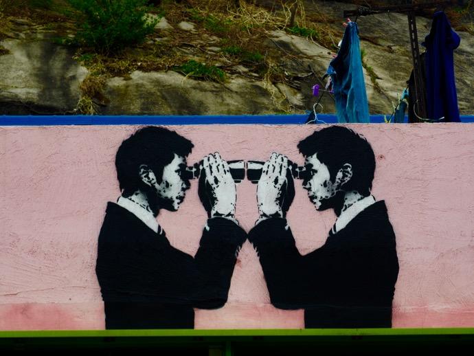 梨花壁画村のアート、双眼鏡の男性