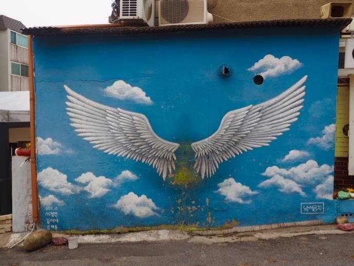 梨花壁画村の天使の羽アート