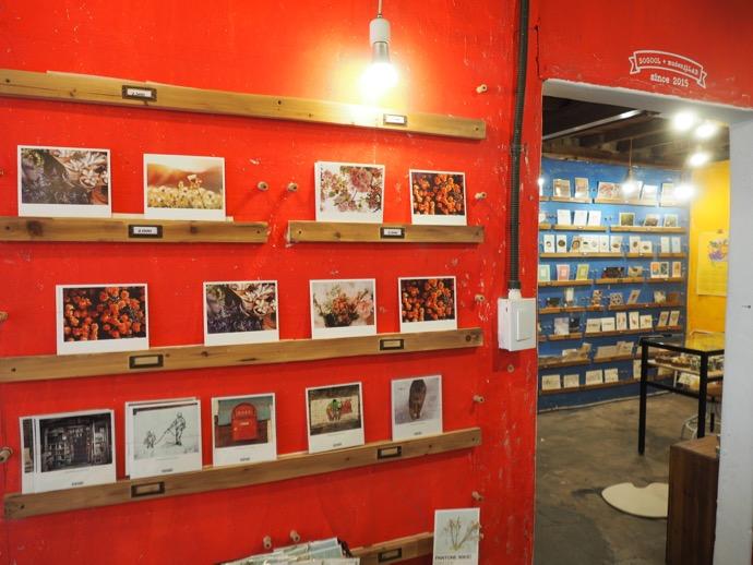 赤い壁の雑貨店