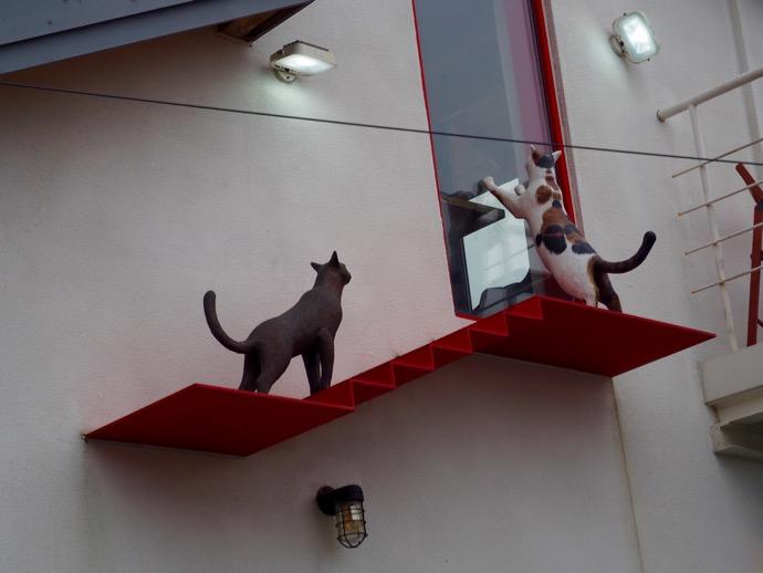 梨花壁画村のパブリックアート『家の中に入りたがる猫』