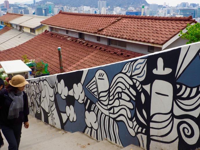 梨花壁画村の階段脇のポップな壁画