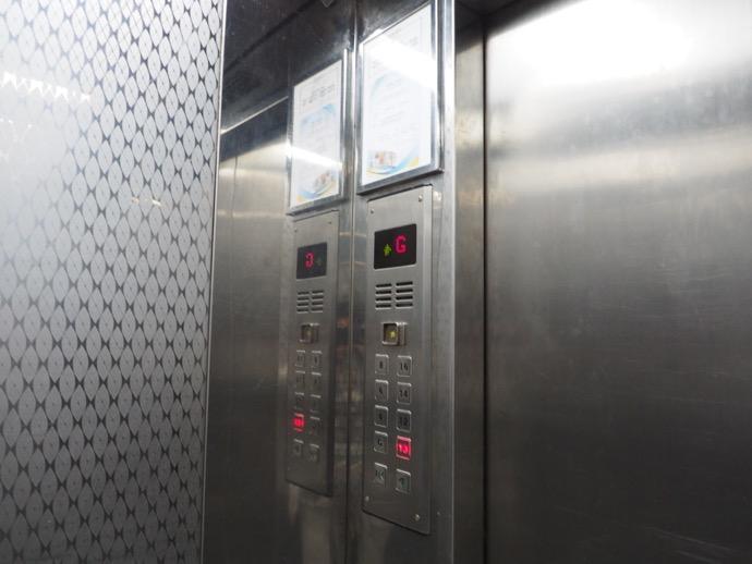 重慶大厦の狭いエレベーター