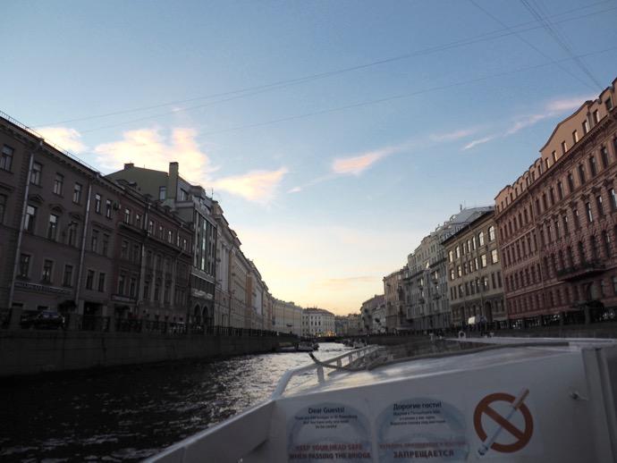 運河を進むボート