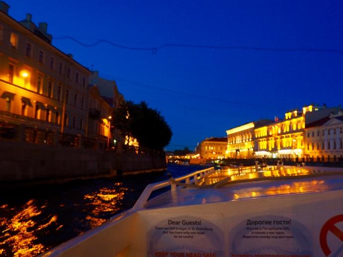ライトアップされた運河