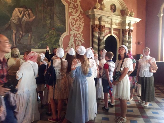 トラベズナ聖堂を見学する少女たち