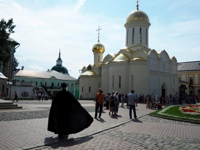 トロイツェ・セルギエフ大修道院を歩く神学生