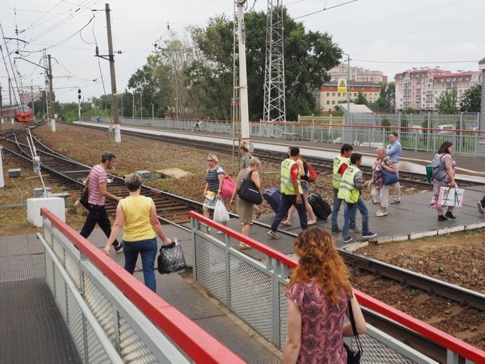 セルギエフ・ポサード駅を下車する人々