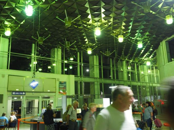 夜のウラジーミル駅構内