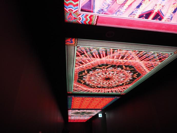 館内の天井の映像