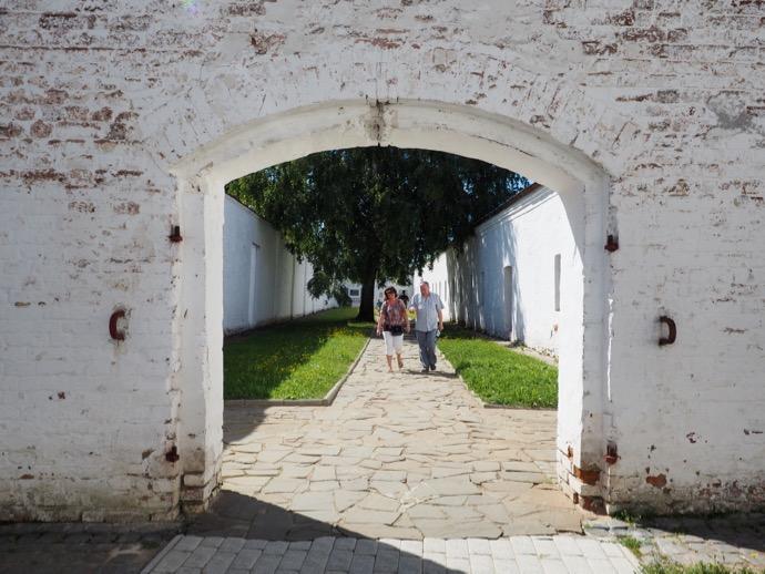 スパソ・エフフィミエフ修道院を歩く夫婦