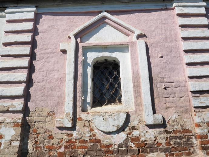 リゾポロジェンスキー修道院 聖なる門の壁が剥落