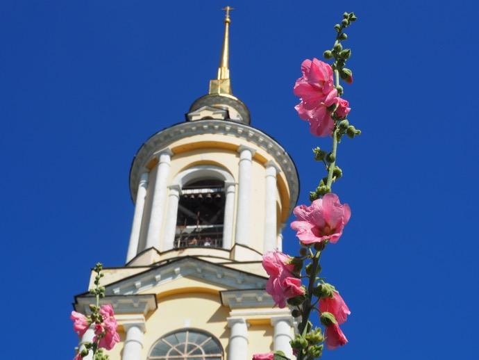 リゾポロジェンスキー修道院の鐘楼