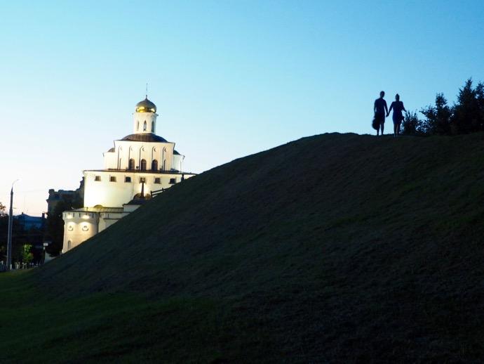 黄金の門のよこの山を登る