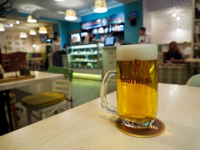 カフェで生ビール