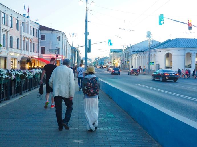 黄金の門へ続くメインストリートを歩く男女