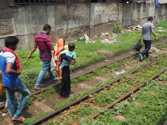 線路を歩く人々