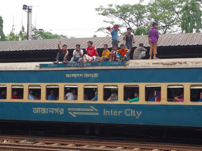 鉄道の屋根に乗るバングラデシュ人