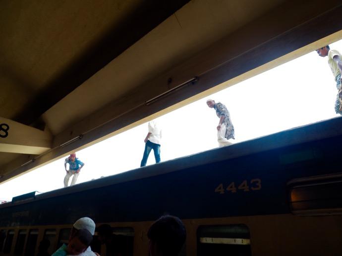 鉄道の屋根を歩く人