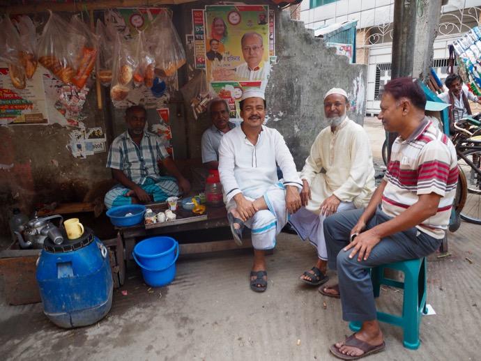 チャイを飲んで休憩するバングラデシュ男性