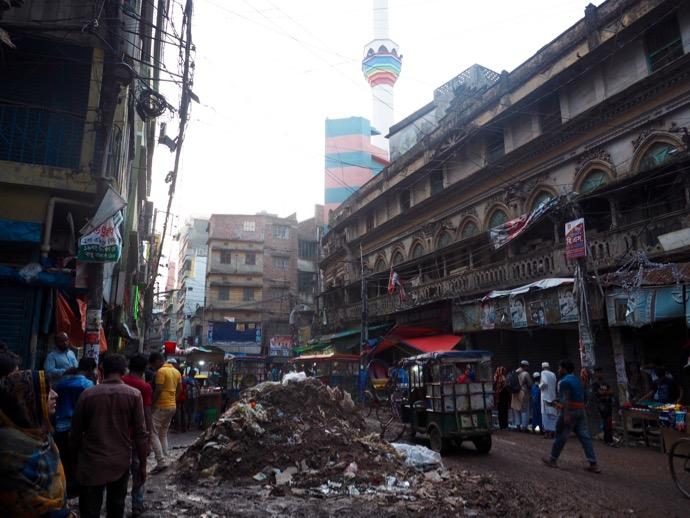 路地に積まれたゴミの山