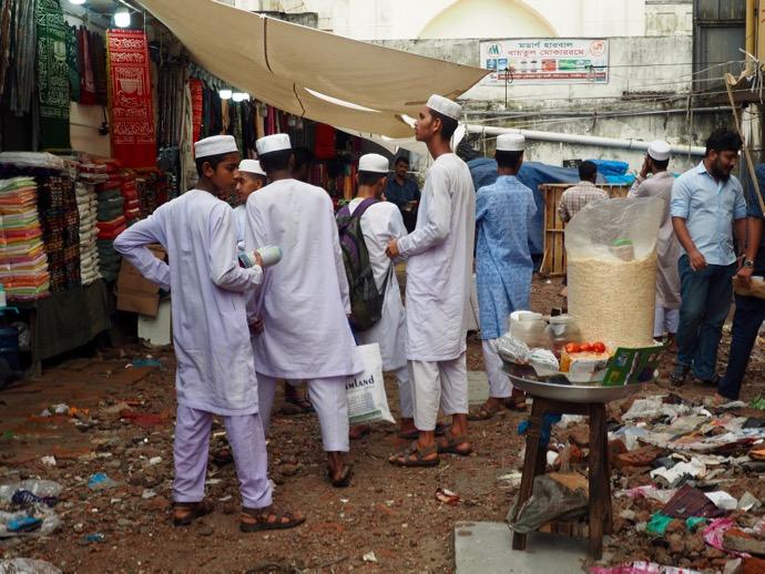 白い衣装に身を包む男性