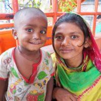 バングラデシュ少女と幼児