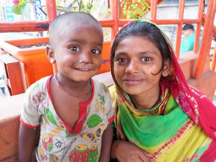 バングラデシュの少女と幼児
