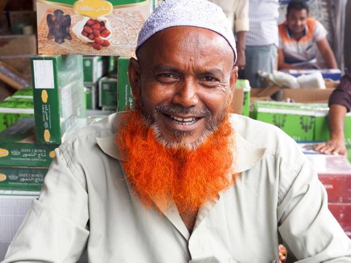 赤いヒゲの陽気なバングラデシュ男性