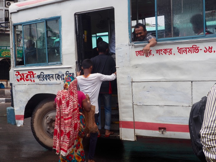 バスに乗りこむ人々