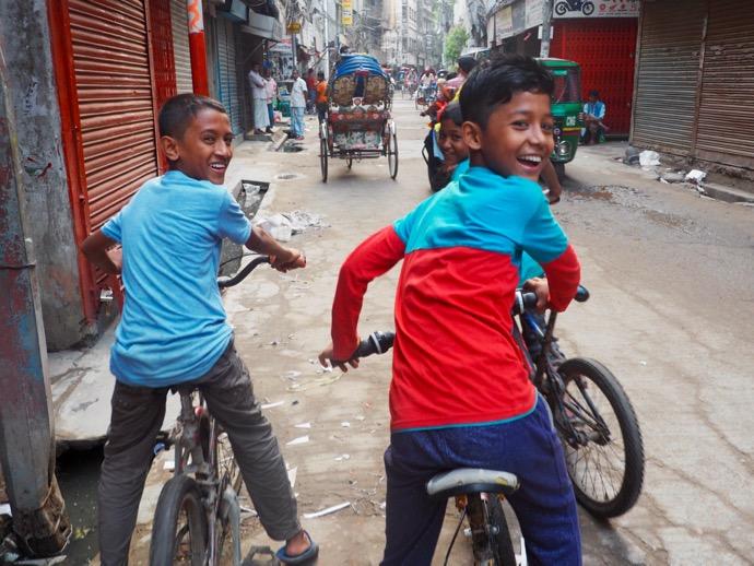 自転車に乗った少年