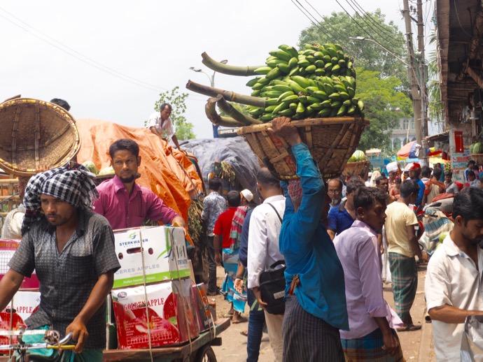 バナナを運ぶ男性