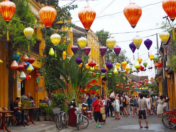 観光客で賑わう昼のホイアン旧市街