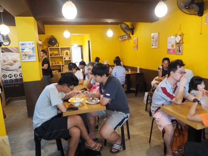 黄色い壁のGOMAN MANGOのお店