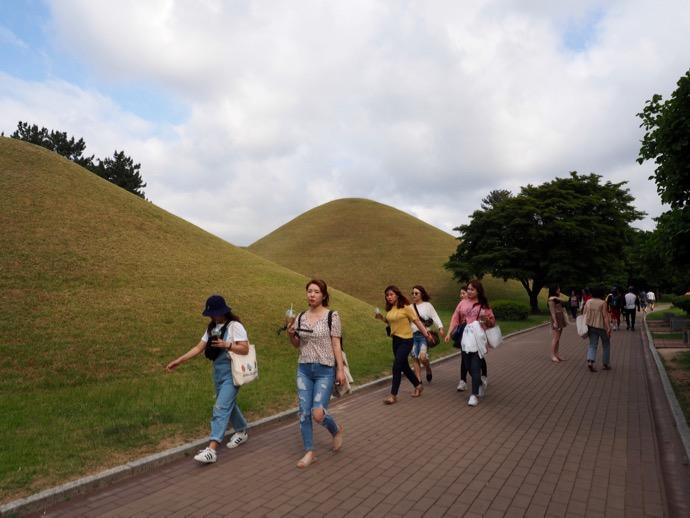 古墳公園を散歩する人々