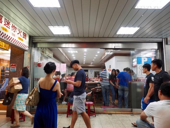 天喜迷你火鍋にに並ぶ台湾人たち