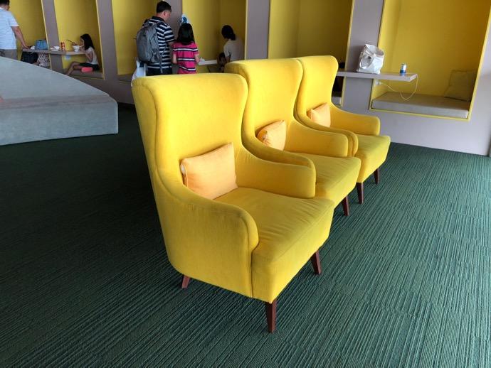 黄色い一人がけソファ