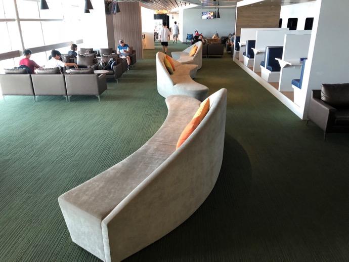 楕円形のソファ
