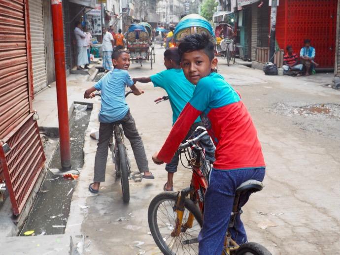 自転車でどこまでもついてくるバングラデシュ男性