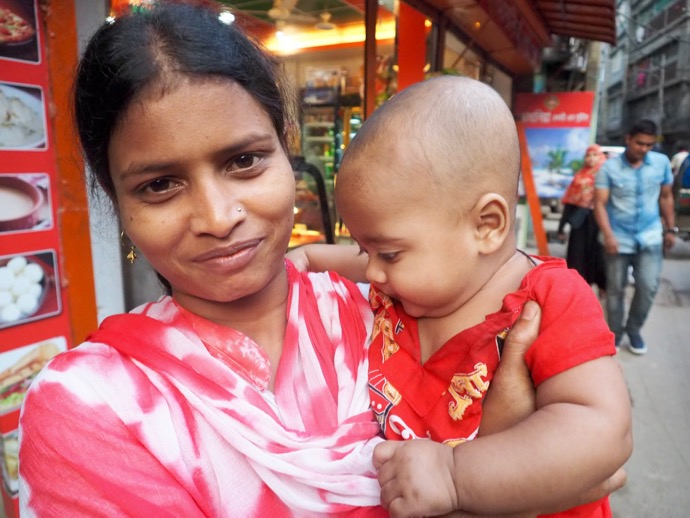 バングラデシュの赤ちゃんとママ