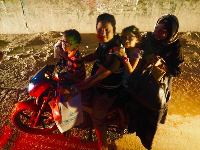 バイクに乗った4人家族