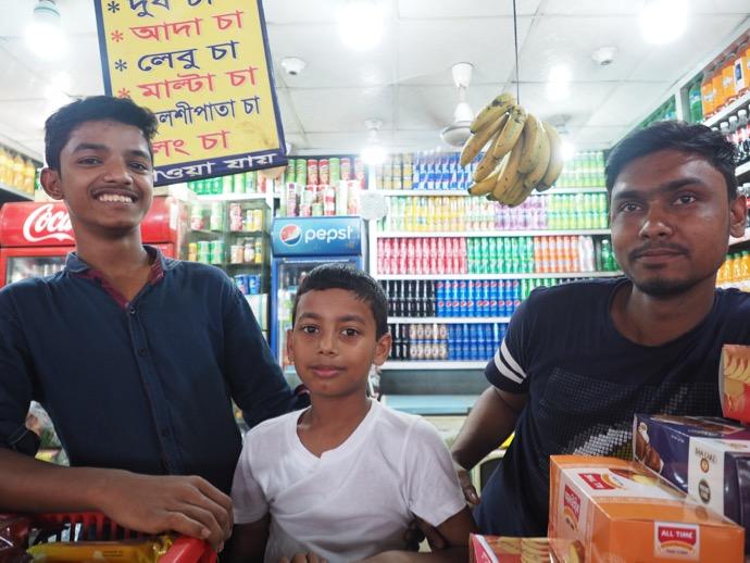 駅の売店のバングラデシュ男性